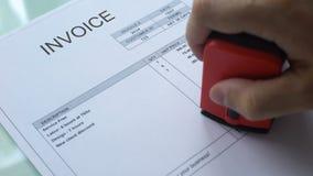 Fature o débito, mão que carimba o selo no documento comercial, pagamento do negócio vídeos de arquivo