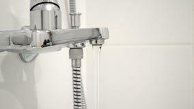 Faucet ванной комнаты нового времени роскошный сияющий сток-видео