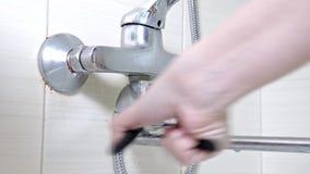 Faucet ванны reparing, вывинчивающ гайку на пропускающем влагу водопроводном кране ливня, паяющ ремонты и концепцию DIY видеоматериал