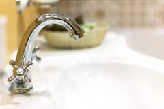 Faucet водопроводного крана в классической ванной комнате Стоковая Фотография