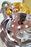 Faucet водопроводного крана в современном стиле и металл тонут Стоковые Фото