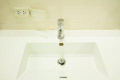 Faucet выход штепсельной вилки почти к опасной Стоковые Изображения