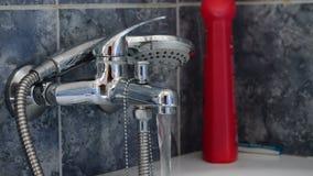Faucet ливня вытесняя воду в ванне видеоматериал