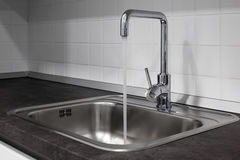 Faucet и раковина в кухне Стоковые Фото