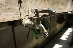 Faucet нержавеющей стали с линией трубы водопровода на фото кирпичной стены принятом в Duri Tangerang Индонезию Стоковое Изображение RF