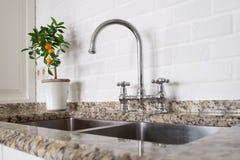 Faucet раковины и смесителя в кухне Стоковые Изображения RF