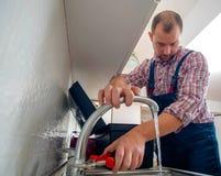 Faucet ремонта ремонтника с ключем Стоковое Изображение