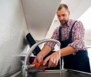 Faucet ремонта ремонтника с ключем Стоковое Фото
