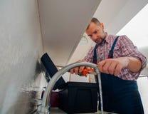Faucet ремонта ремонтника с ключем Стоковые Фотографии RF