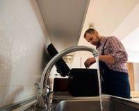 Faucet ремонта ремонтника с ключем Стоковые Изображения RF