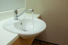 Faucet com água corrente Fotografia de Stock