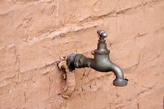 Faucet de água em uma parede imagem de stock royalty free