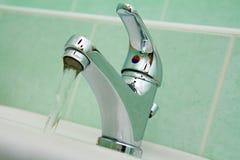 Faucet de água no banheiro Imagens de Stock