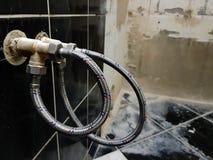 Faucet i elastyczny związek dla dostawa wody - woda kranowa obraz stock