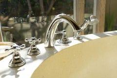Faucet i prysznic głowa kąpielowa balia Zdjęcia Stock