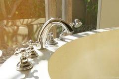 Faucet i prysznic głowa kąpielowa balia Zdjęcie Stock