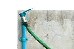 Faucet i zieleń wodny wąż elastyczny na białym tle Obrazy Royalty Free