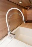 faucet kuchenny nowożytny bieg zlew klepnięcie Zdjęcia Royalty Free
