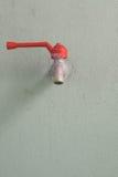 Faucet na cement ścianie Zdjęcia Royalty Free