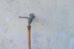 Faucet stary spodlony Zdjęcia Royalty Free