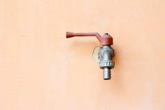 Faucet técnico com uma válvula na parede Imagem de Stock
