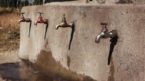 Faucet w Ethiopia z obcieknięcie wodą zbiory wideo