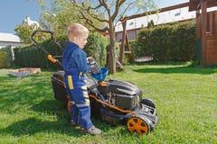 Fauchage d'herbe de ressort Photos libres de droits