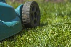 Fauchage d'une pelouse photographie stock libre de droits