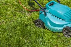 Fauchage d'une pelouse photos stock
