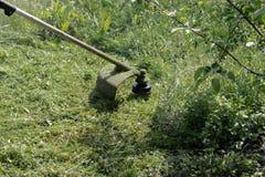 Fauchage de l'herbe avec une faucheuse photo stock