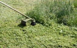 Fauchage de l'herbe avec une faucheuse photo libre de droits