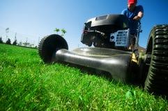Fauchage de la pelouse images stock