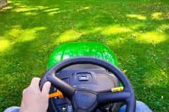 Fauchage de la pelouse image libre de droits