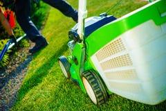 Fauchage de pelouse d'été photos libres de droits