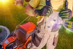 Fauchage professionnel de pelouse images stock