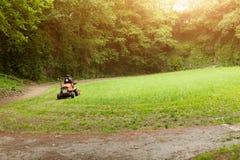 Faucheuse coupant l'herbe en parc public Le jardin botanique Le Vallon du a piqué l'alar, Brest, France peut 2018 image stock