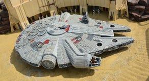 Faucon de millénaire dans le lego, vaisseau spatial des Guerres des Étoiles faites à partir du bloc en plastique de lego Photos libres de droits