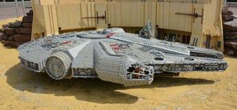 Faucon de millénaire dans le lego, vaisseau spatial des Guerres des Étoiles faites à partir du bloc en plastique de lego Photo libre de droits