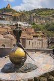 Faucon de monument avec le faisan, vieux Tbilisi, la Géorgie Photographie stock