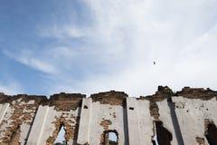 Faul von einer alten Backsteinmauer und von einem blauen bewölkten Himmel Fantasiekonzept Lizenzfreie Stockfotos