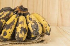Faule alte Bananen auf einem Sack Lizenzfreies Stockbild