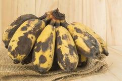 Faule alte Bananen auf einem Sack Stockfotografie