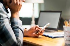 Faule Arbeitskraft, die Telefon im Büro vermeidet Arbeit verwendet lizenzfreies stockbild