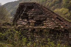 Faule Dachspitze des alten Hauses lizenzfreies stockbild