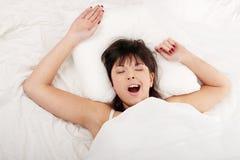 Faule Frau im Bett Lizenzfreie Stockfotografie