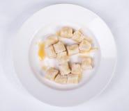 Faule Mehlklöße des Hüttenkäses mit Sauerrahm Stockbild