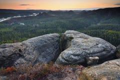 Faule nebelhafte Morgenberge Gerundeter herausgestellter Hügel Starker Nebel stockfotos