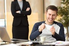 Fauler Angestellter mit seinem verärgerten Chefaufpassen stockbild