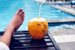 Fauler Feiertag durch das Pool Stockfoto