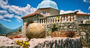 Faune sur des pierres d'île Gospa OD Skrpjela Perast Boka Kotorska Monténégro d'église orthodoxe Images stock